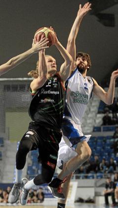 Tautvydas Sabonis penetra ante la presión de un rival.