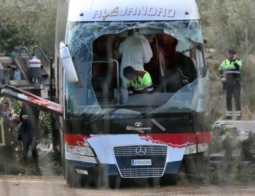 Agentes de los Mossos d'Esquadra en el interior del autocar perteneciente a la empresa de Mollet del Vallès (Barcelona).