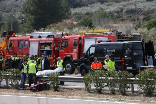 Miembros de los servicios funerarios trasladan a uno de los fallecidos en el accidente ocurrido en la autopista AP-7, a la altura de Freginals (Tarragona) tras chocar un autocar de la empresa Autocares Alejandro, de Mollet del Vallès (Barcelona), contra un vehículo.