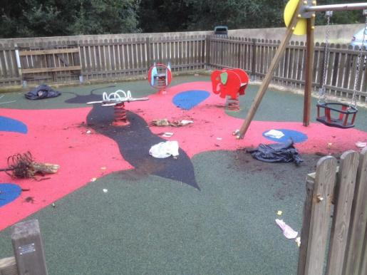 Estado del parque Infantil de Canyamel tras el acto vandálico.