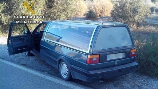 El coche fúnebre robado que apareció en la carretera que une las localidades de Olula del Río y Cantoria, tras haber sufrido un accidente de circulación.
