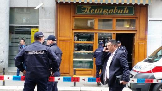 Imagen de la policia en el exterior de la pastelería de Belgrado donde ha sucedido el incidente.