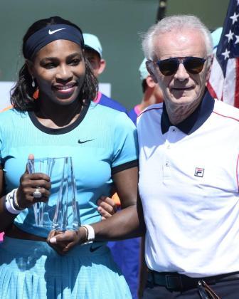 Fotografía de archivo del 20 de marzo de 2016 de la tenista estadounidense Serena Williams (i) posando con el director ejecutivo del torneo de Maestros de Indian Wells Raymond Moore.