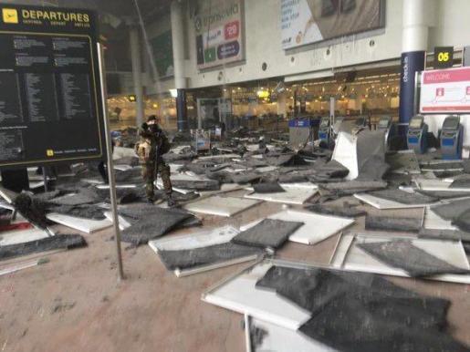 Imagen del interior del aeropuerto internacional de Bruselas tras los atentados.