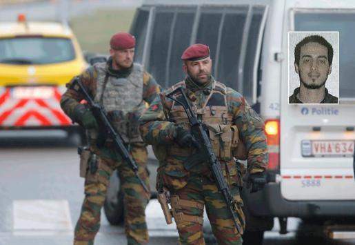Soldados belgas comprueban vehículos en el aeropuerto de Zaventem en Bruselas (Bélgica). Arriba, fotografía de Najim Laachraui, el presunto terrorista detenido.