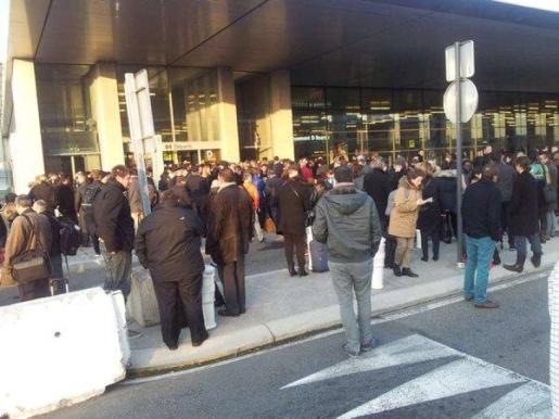Pasajeros desalojados del aeropuerto de Toulouse.