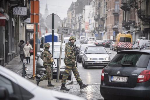 Soldados belgas patrullan el distrito de Schaarbeek en Bruselas (Bélgica).