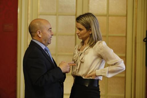 Los populares Antoni Gómez y Marga Prohens charlan en el Parlament.