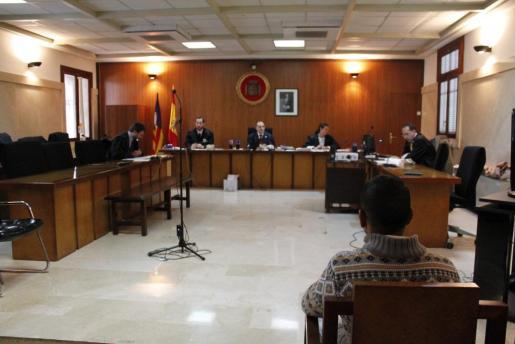 El acusado, español de 46 años, sentado en el banquillo de la Sección Primera de la Audiencia Provincial de Palma.