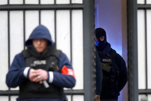 Varios policías vigilan a las puertas del tribunal donde el presunto cerebro logístico de los atentados de París, Salah Abdeslam, tenía que comparecer este jueves en Bruselas.
