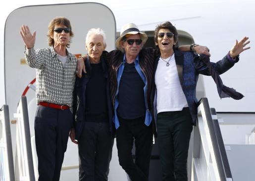 Mick Jagger, Charlie Watts, Keith Richards y Ronnie Wood en La Habana, instantes después de aterrizar en el aeropuerto José Martí de La Habana.