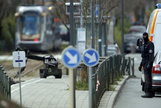 La policía belga emplea robots en el seguimiento de los atentados registrados el martes en Bruselas.