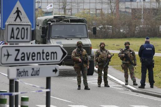 BR10 BRUSELAS (BÉLGICA) 24/03/2016.- Soldados del ejército patrullan las inmediaciones del aeropuerto de Zaventem en Bruselas (Bélgica) hoy, 24 de marzo de 2016 tras los atentados del pasado martes en el que murieron 31 personas y hubo 300 heridos de cerca de una cuarentena de nacionalidades. EFE/Laurent Dubrule Medidas de seguridad en las inmediaciones del aeropuerto de Zaventem