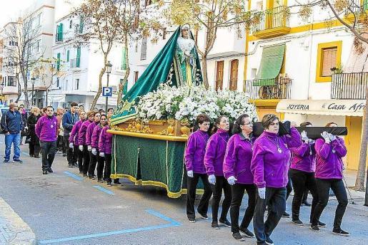 La imagen fue llevada por 18 mujeres de la cofradía desde la iglesia de Sant Cruz hasta la catedral. Foto: TONI ESCOBAR