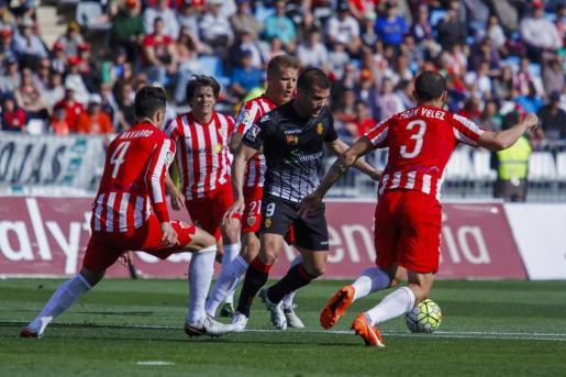 Ortuño controla el balón ante cuatro jugadores del Almería.