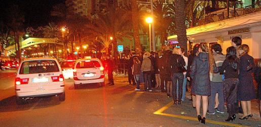 Imagen de personas haciendo cola en la parada de taxis del Passeig Marítim, de Palma.
