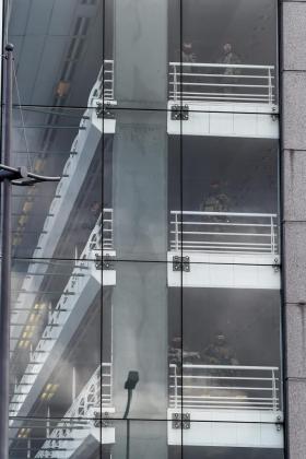 Soldados belgas vigilan el aeródromo durante la visita el pasaedo viernes del secretario de Estado de EE.UU., John Kerry, al aeropuerto internacional de Zaventem, uno de los objetivos de los atentados terroristas, a las afueras de Bruselas (Bélgica).