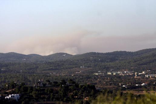 En la imagen, el humo del incendio se aprecia al fondo.