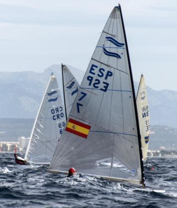 El barco de clase FINN tripulado por el español Pablo Guitián, durante la regata del 47 Trofeo Princesa Sofía-Iberostar que se disputa en aguas de la bahía de Palma. EFE/CATI CLADERA