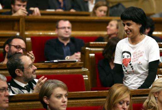 El diputado de la CUP, Antonio Baños (i), aplaude a su compañera de partido, Anna Gabriel, tras su intervención en el pleno del Parlament de Catalunya.