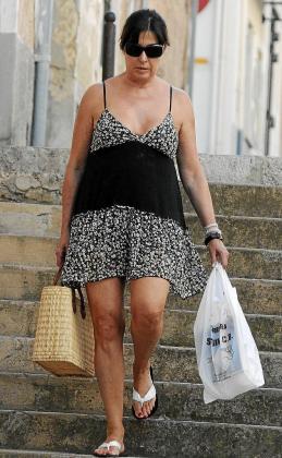 Carmen Martínez Bordiu, muy cargada de bolsas.