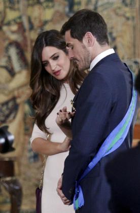 El portero Iker Casillas con su esposa Sara Carbonero tras recibir la Gran Cruz de la Real Orden al Mérito Deportivo.