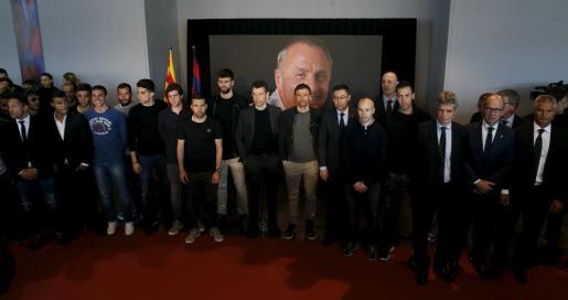 Los jugadores, cuerpo técnico y directiva del FC Barcelona durante la visita que realizaron al espacio memorial que se encuentra en el Camp Nou para despedir a Johan Cruyff.