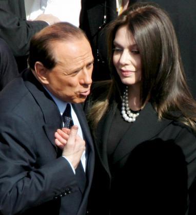 Fotografía de archivo del 24 de mayo de 2005 que muestra al primer ministro italiano, Silvio Berlusconi (i), junto a su esposa, Veronica Lario, en Roma (Italia).