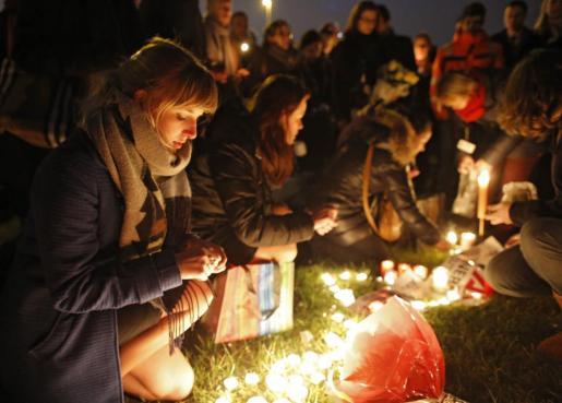 Imagen del homenaje que los trabajadores del aeropuerto Zaventem realizaron tras los atentados de Bruselas.