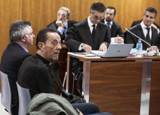 El exalcalde de Marbella Julián Muñoz (delante), y el cerebro de la trama del caso Malaya, Juan Antonio Roca (detras), sentados en el banquillo de los acusados por el caso Goldfinger, ligado a la recalificación urbanística de la parcela de la antigua casa del actor Sean Connery en Marbella.