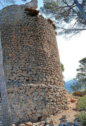 Aspecto de la torre de sa Pedrissa donde en la parte superior se puede observar los efectos del derrumbre.