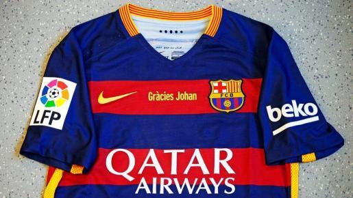 Camiseta del Barcelona con el lema 'Gracias Johan' en el pecho.