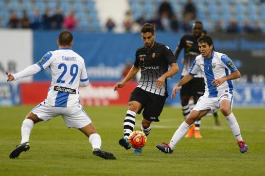 El mallorquinista Biel Company conduce la pelota en el choque entre el Mallorca y el Leganés de la primera vuelta disputado en el estadio de Butarque y que finalizó con empate a cero goles.