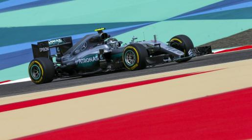 El piloto alemán de Fórmula Uno, Nico Rosberg de la escudería Mercedes, dirige su monoplaza durante los entrenamientos para el Gran Premio de Baréin en Manama (Baréin), este viernes 1 de abril de 2016.