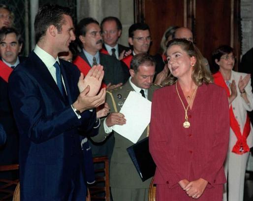 La Infanta Cristina acompañada de su marido, Iñaki Urdangarín, tras recibir la Medalla de Oro de Barcelona.
