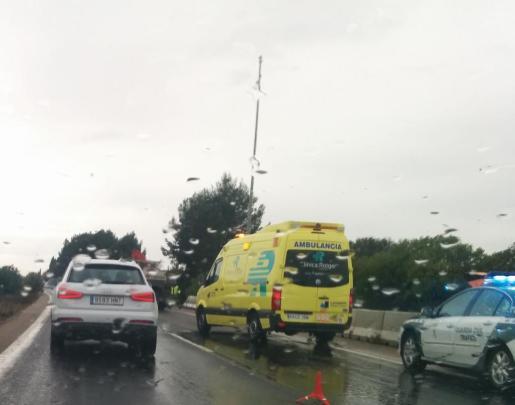 Los servicios sanitarios y la Guardia Civil en el lugar el accidente.