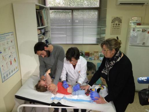 Una pediatra vacuna a una niña en el centro de salud de Son Ferriol.
