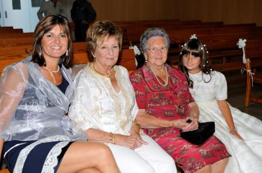 Maria Antònia Catalá, Margarita Santandreu, Magdalena Gelabert y Marga González, cuatro generaciones en la familia.