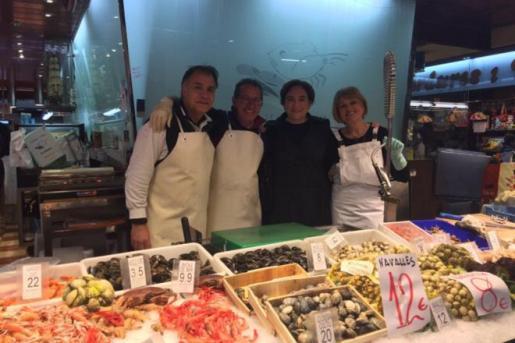 Ada Colau se fotografía con una vendedora de pescado tras la polémica con De Azúa
