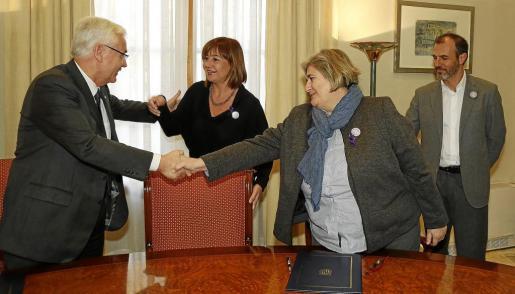 La consellera Camps estrecha la mano al entonces conseller de Cultura de la Generalitat de Catalunya, Ferrán Mascarell en compañía de Francina Armengol y Biel Barceló.