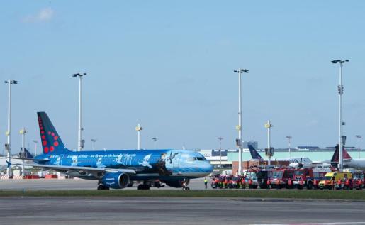 Imagen del primer avión que ha despegado desde el aeropuerto de Bruselas.