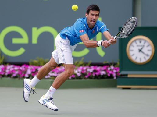 El serbio Novak Djokovic devuelve una bola durante la final de Miami.
