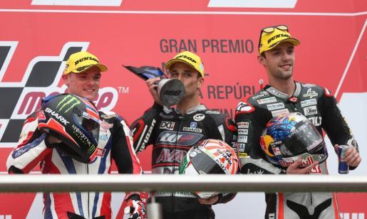 El piloto de Moto2 francés Johann Zarco (c), de Kalex , posa en el podio tras ganar la categoría junto al británico Sam Lowes (i), de Kalex, y el alemán Jonás Folger (d), de Kalex.
