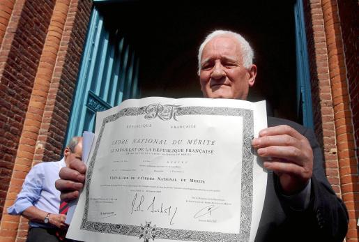 El sacerdote Arthur Ervet ha devuelto la Orden Nacional al Mérito por la expulsión de gitanos de Francia.