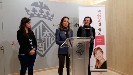 Presentación de la Feria de Empleo en la que han participado Gloria Garcia (i), de Communication Center CCES24, Joana Maria Canals, d'Angel 24 (en el centro) y Joana Maria Adrover (d), presidenta de PalmaActiva.