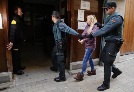 La magistrada titular del juzgado de Instrucción número 3 de Manacor, ayer en funciones de guardia, ordenó el ingreso en prisión provisional sin fianza para la mujer acusada de matar a su marido en Cala Millor.