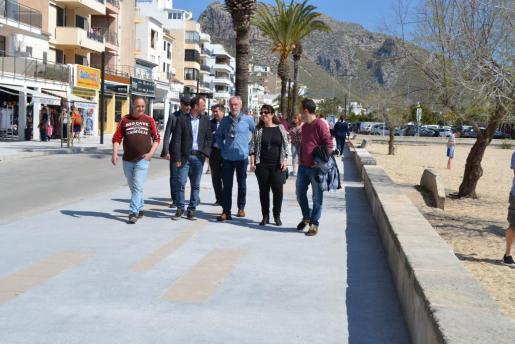 Imagen de archivo de una visita a las obras de peatonalización en la primera línea del Port de Pollença.
