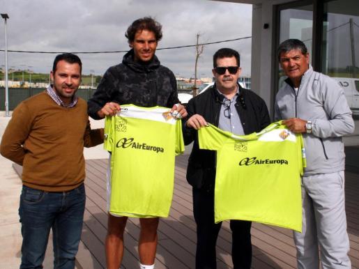 José Tirado y Miquel Jaume han estregado este lunes una camiseta del Palma Futsal personalizada a Rafa Nadal y a su tío Toni Nadal, con motivo de la disputa este sábado de la final de la Copa del Rey donde competirá el conjunto palmesano.