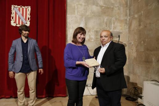 La presidenta de Balears, Francina Armengol, entrega al ibicenco Antoni Roig el premio Cornelius Atticus.