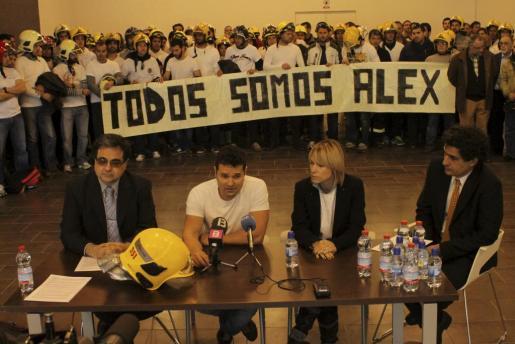 La viuda de Alejandro Ribas, junto al hermano de éste en un acto de protesta contra Cort.